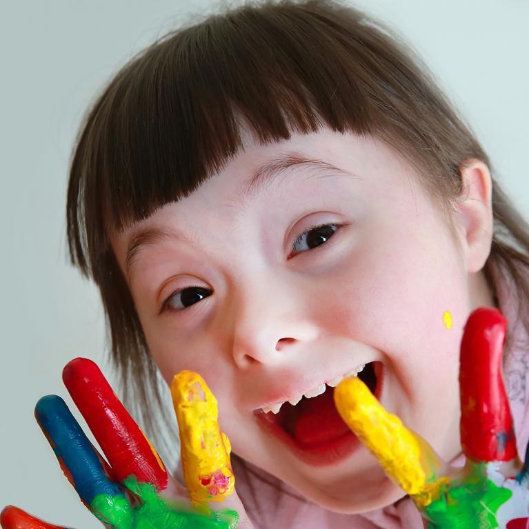 Petite fille avec de la peinture